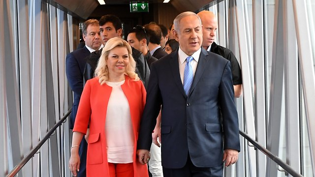 Prime Minister Netanyahu and his wife before leaving for Cyprus, Tuesday morning (Photo: Kobi Gideon/GPO)