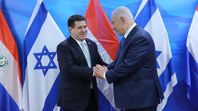 Former Paraguayan President Horacio Cartes (L)and Netanyahu (Photo: Alex Kolomoisky)