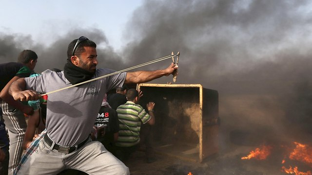 Riots on Gaza border. Doctors don't let current affairs interfere in their work  (Photo: Reuters)