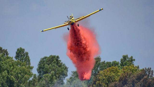 Firefighting planes assisting to put out fire in Karmiya Reserve (Photo: Amnon Ziv)