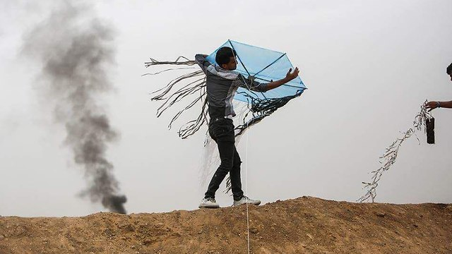 Palestinians launch incendiary kites into Israel  (Photo: AFP)