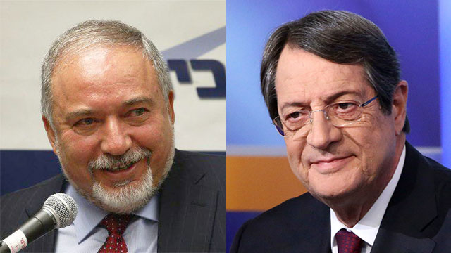 Defense Minister Avigdor Lieberman and Cypriot President Nicos Anastasiades (Photo: Ohad Zwigenberg, AP)
