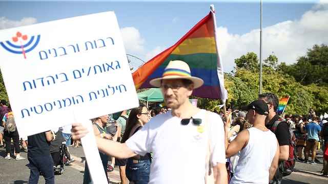 Marcher with sign saying: 'Female and male rabbis proud of humanist secular Judaism' (Photo: Ohad Zwigenberg)