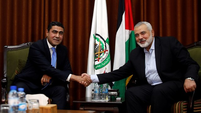 Hamas leader Ismail Haniyeh meets with Egyptian intelligence delegation (Photo: Reuters)