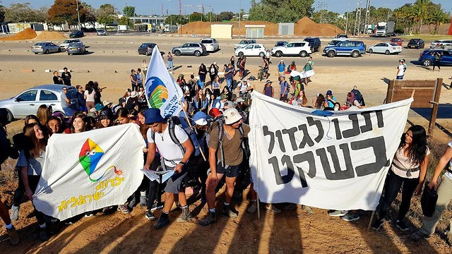 High school students from Gaza border towns leave on protest march to Jerusalem with sign that says 'Let us grow up in peace.' (Photo: Roee Idan)