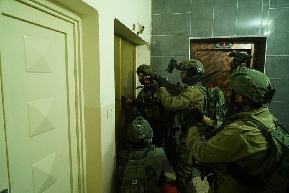 IDF soldiers in search of terrorists involved in past week's attacks (Photo: IDF Spokesman's Office)