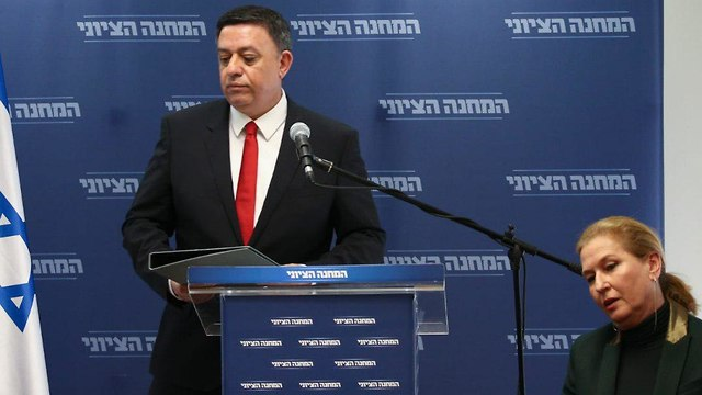 Avi Gabbay makes his surprise announcement with Livni beside him  (Photo: Ohad Zwigenberg)