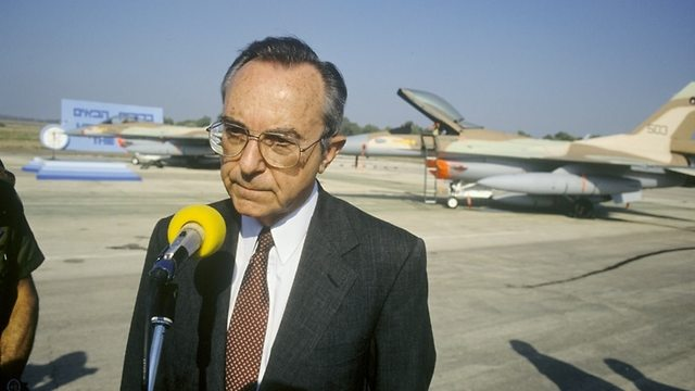 Moshe Arens with F-16 (Photo: Bamahane)