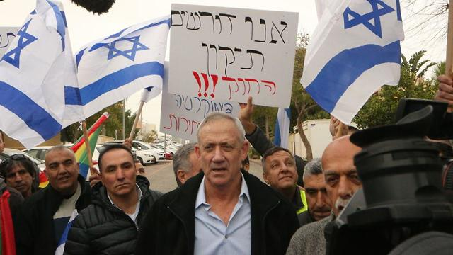 Benny Gantz talks to protesters against the Nation-State Law outside his home (Photo: Motti Kimchi)