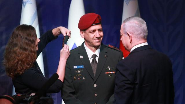 Kochavi receives his lieutenant general ranks from Prime Minister and Defense Minister Netanyahu and from his wife (Photo: Motti Kimchi)