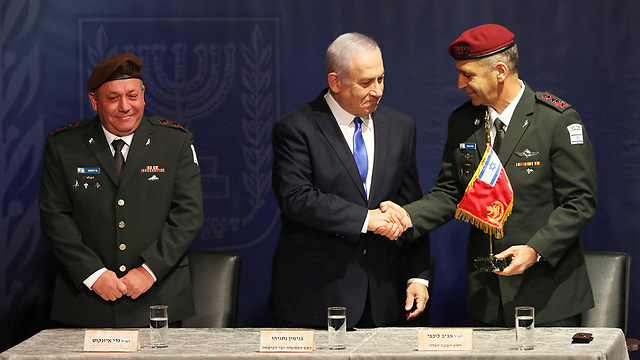 Outgoing IDF chief Gadi Eisenkot looks on as Prime Minister and Defense Minister Netanyahu shakes hands with new IDF Chief of Staff Aviv Kochavi (Photo: Reuters)
