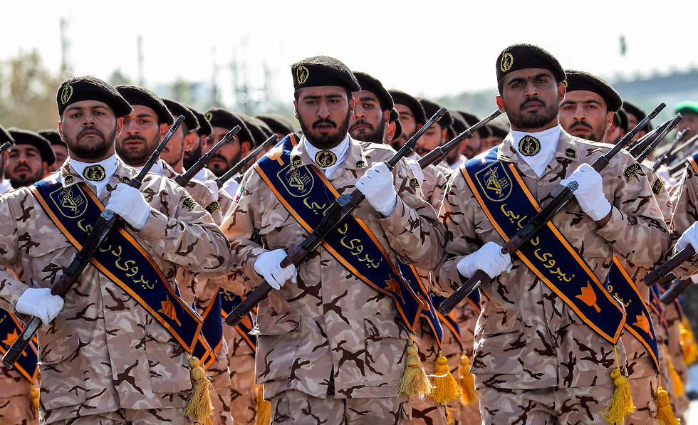 Iran's Revolutionary Guard soldiers (צילום: AFP)