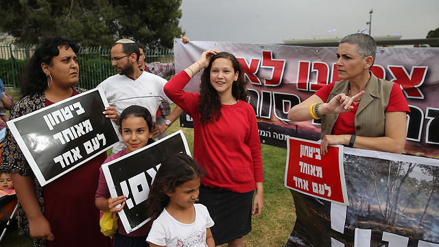 Residents of Gaza border communuties protest at the Knesset over the truce deal with Hamas (Photo: Amit Shabi)