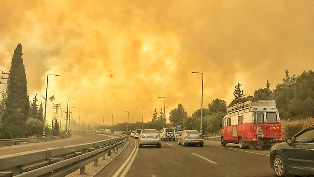 Flames from Mevo Modi'im seen outside the moshav (Photo: Fire and Rescue Authority)