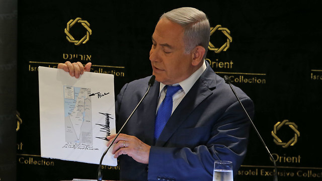 Netanyahu with Trump's map (Photo: Amit Shaabi )