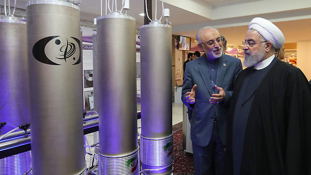 Iranian President Hassan Rouhani inspects one of the country's nuclear plants (צילום: AFP)
