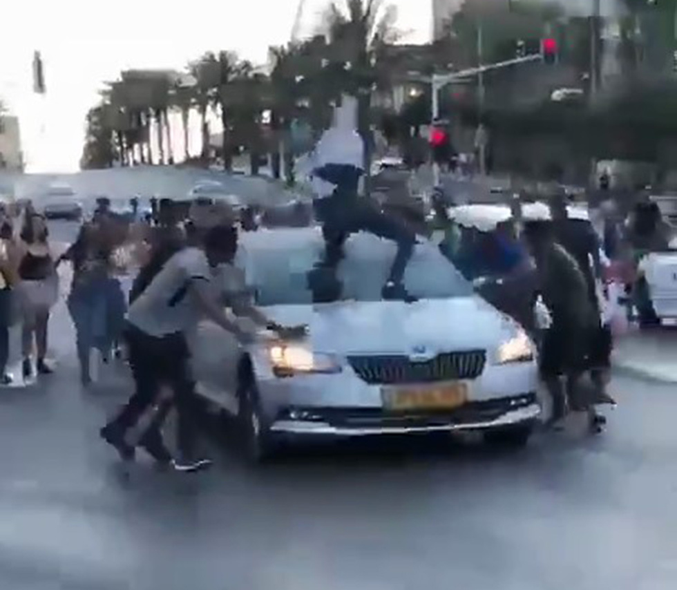Protesters jump atop of the car (Photo: Hadmama)