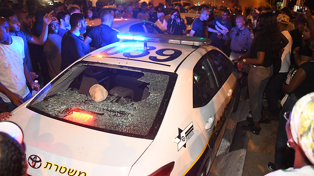 A police car is attacked in Netanya (Photo: Yair Sagi)