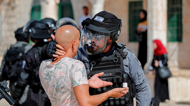 An Israeli police officer confronts a Muslim worshipper on Temple Mount (Photo: AFP)