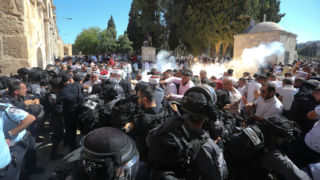 Clashes between Muslim worshippers and police on Temple Mount (Photo: AP)