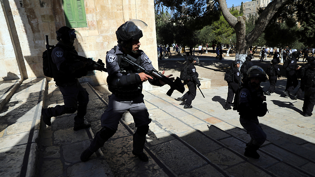 Clashes between Muslim worshippers and police on Temple Mount (Photo: Reuters)