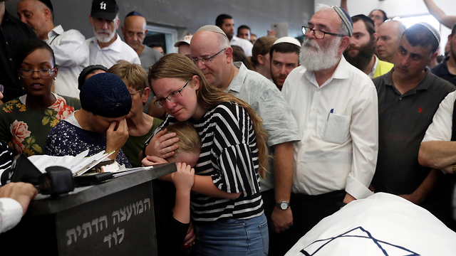 The family of 17-year-old terror victim Rina Shnerb at her funeral in Lod (צילום: רויטרס)