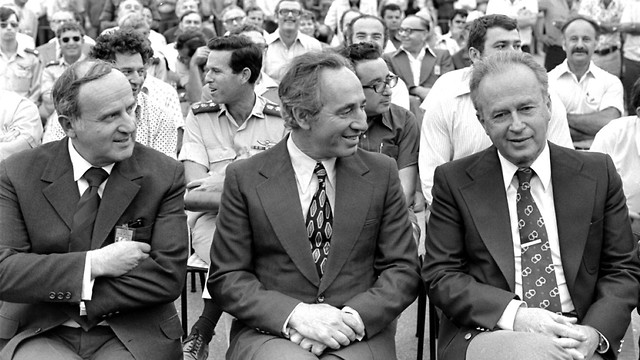 Yitzhak Rabi (left) and Shimon Peres (center) (Photo: Government Press Office)