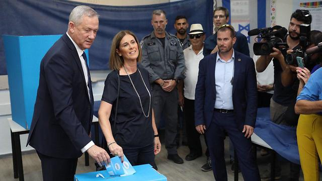 Blue and White leader Benny Gantz casts his vote (Photo: Tal Shahar)