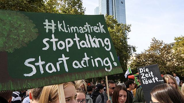 Protests against climate change in Frankfurt (Photo: EPA)