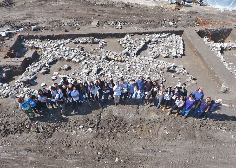 Thousands of volunteers participated in the dig (Photo:  Yitzhak Mermelstein, Israel Antiquities Authority)