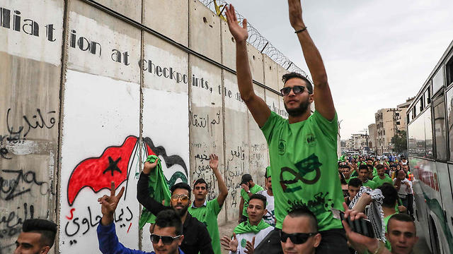 Palestinian soccer fans queue for free tickets for the match (Photo: AFP)