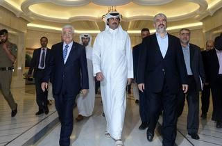 Palestinian President Mahmoud Abbas left with the Emir of Qatar and Hamas leader Khaled Mashaal in 2014