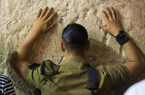 An IDF soldier prays at the Western Wall in Jerusalem during Yom Kippur