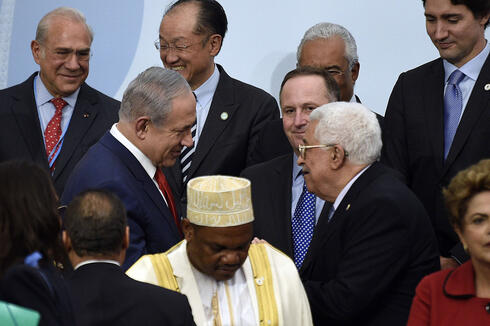 Prime Minister Benjamin Netanyahu and Palestinian President Mahmoud Abbas meeting during an international climate summit in Paris in 2015