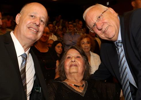 Geula Cohen with her son, Tzachi Hanegbi, and President Reuven Rivlin, on her 90th birthday
