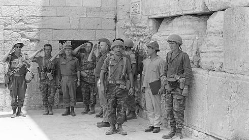 IDF Paratroopers sing Israel's national anthem at the Western Wall after its capture in 1967