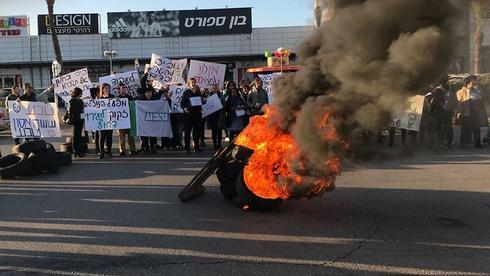 Employees of the Teva factory in Ashdod protest its closure