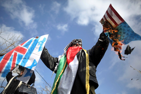 UNRWA worker burns U.S. and Israeli flags during strike against U.S. cutting aid funds to Palestinian refugees, January 29, 2018
