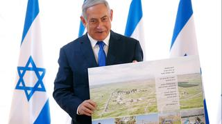 Netanyahu with a map of the Jordan Vally