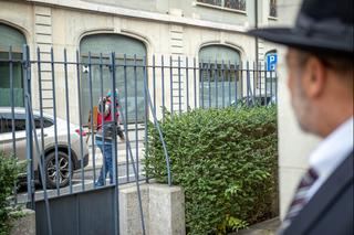 The aggressor giving a Nazi salute outside the synagogue