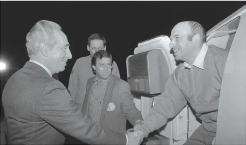 Sharansky meeting then Prime Minister Shimon Peres upon his arrival to Israel from the USSR in 1986