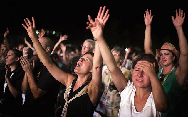 Thousands of evangelical Christian pilgrims pray during a prayer gathering on the Dead Sea shore in Ein Gedi