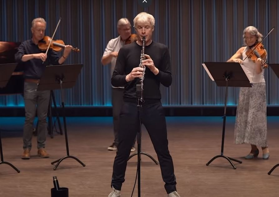 Martin Fröst and the Swedish Chamber Orchestra play a klezmer piece for the IPO gala