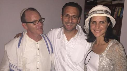 L-R: Cantor Yossi Chajes, and Ross and Elli Kriel pose after a recent Yom Kippur