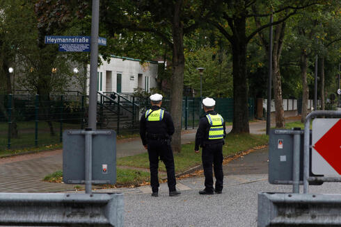 Policemen stand guard in front of the Synagoge 'Hohe Weide' in Hamburg