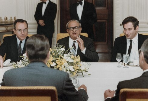 Netanyahu (right) at a dinner at the White House as Israel's Axis in Washington, January 5, 1983. Seated with President Yitzhak Navon (center) and Israeli Ambassador to the United States Moshe Arens (left)