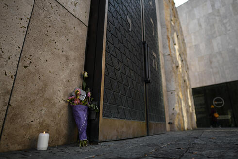 """Flowers and a candle are placed next to the gate of the contemporary Ohel-Jakob-Synagogue in Munich to commemorate the victims of  the """"Night of Broken Glass"""""""