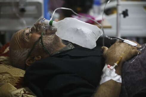 A corona patient receives oxygen in a hospital in Idlib, Syria