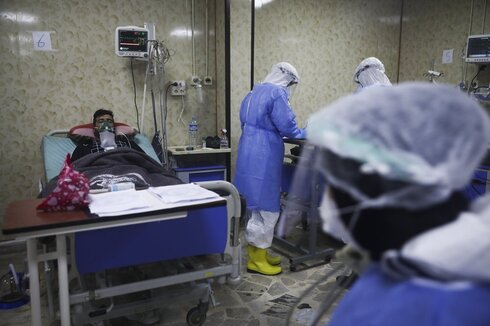 Medics work with corona patients in a hospital in Idlib, Syria
