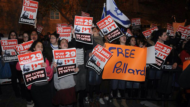 Israelis call for Jonathan Pollard's release from American prison at a protest in Jerusalem in 2014